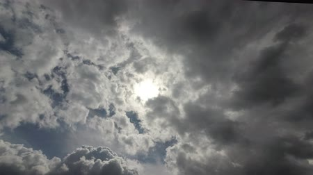 meteorologia : the sun shines through the passing clouds.