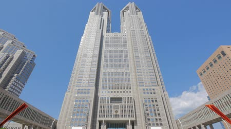 муниципальный : Tokyo Metropolitan Government Building and moving clouds against the blue sky Стоковые видеозаписи