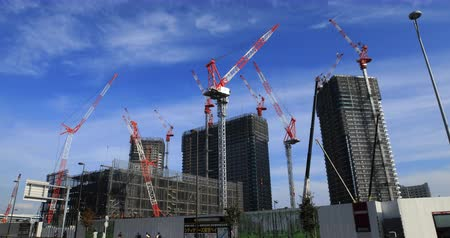em desenvolvimento : Moving cranes at the under construction in Ariake