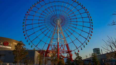 карусель : Ferris wheel behind the blue sky in Odaiba Tokyo time lapse wide shot