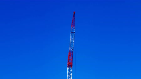 em desenvolvimento : A time lapse of moving cranes behind the blue sky at the under construction daytime