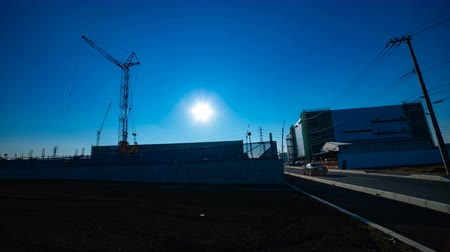 em desenvolvimento : A time lapse of moving cranes behind the blue sky at the under construction wide shot
