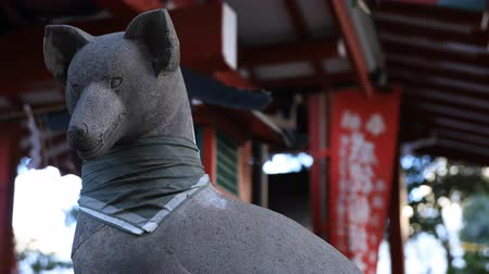 protetor : Statue guardian fox at Hanazono shrine in Tokyo