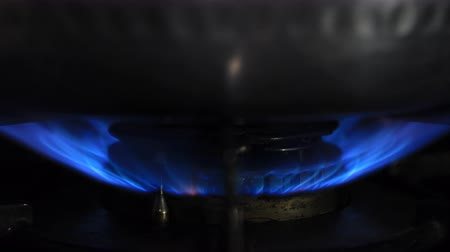 ebulição : Ignition of the heat under the silver pot in the kitchen