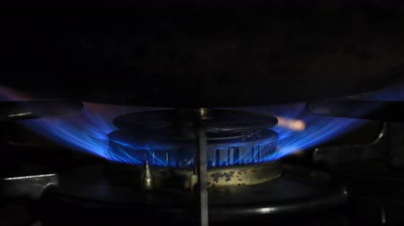 воспламенение : Ignition of the heat under the wok in the kitchen