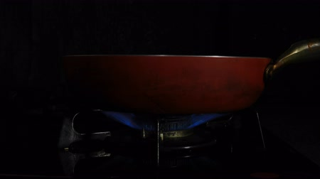 воспламенение : Ignition of the heat under the red pan in the kitchen