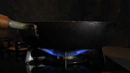 воспламенение : Ignition of the heat under the black pan in the kitchen