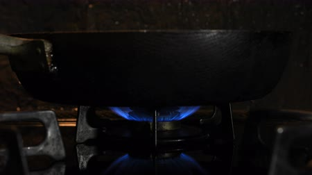 gyújtás : Ignition of the heat under the black pan in the kitchen