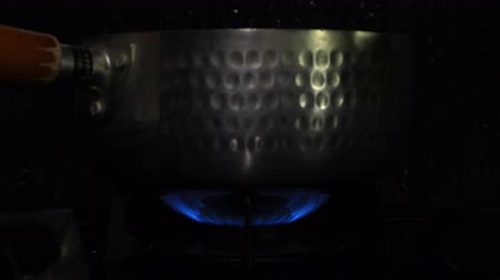 aço inoxidável : Ignition of the heat under the silver pot in the kitchen