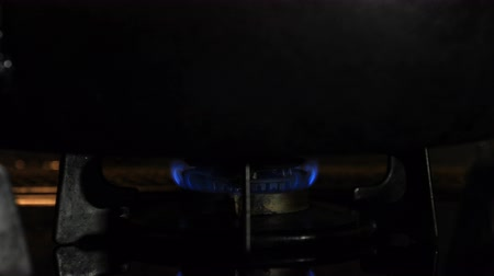 methane : Ignition of the heat under the black pan in the kitchen