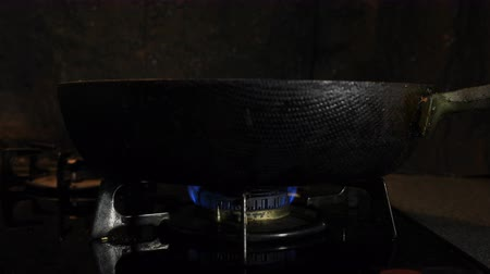 fogão : Ignition of the heat under the black pan in the kitchen
