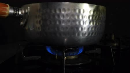 huishoudelijke apparaten : Ignition of the heat under the silver pot in the kitchen