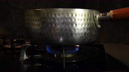 fogão : Ignition of the heat under the silver pot in the kitchen