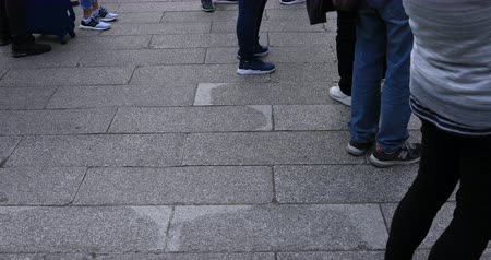 мощеный : Body parts of walking people at the stone paved road in Asakusa