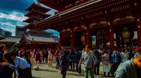 основной : A timelapse of main old fashioned gate at Sensouji temple in Asakusa Tokyo wide shot