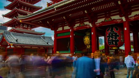 buddhizmus : A timelapse of main old fashioned gate at Sensouji temple in Asakusa Tokyo wide shot