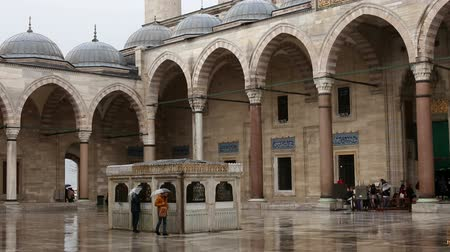 ислам : Tourists and Locals visiting Suleymaniye Mosque courtyard, Istanbul, Turkey. Suleymaniye mosque was built by ottoman master architect Mimar Sinan