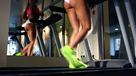 corrida : Beautiful womans legs on treadmill