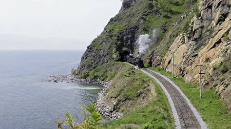 vasúti : Steam train go from tunnel
