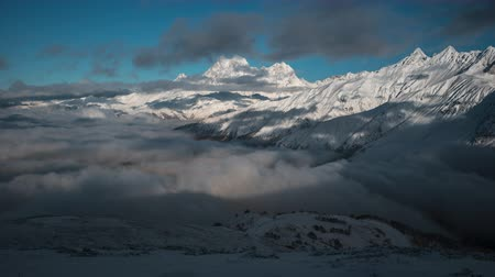 montanhismo : Panorama of Snowy Mountains and Clouds Timelapse