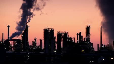 rafineria : Petrochemical plant at night - smokestack