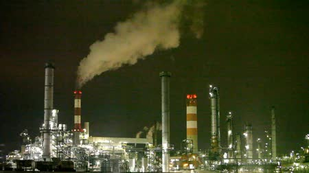 elektrownia : Petrochemical plant at night - smokestack