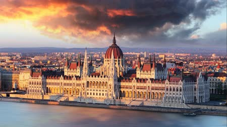 budapeste : Budapest parliament at dramatic sunrise  Time lapse