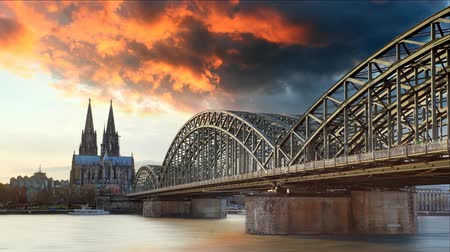 kolínská voda : Cologne Cathedral and Hohenzollern Bridge at sunset, Time lapse