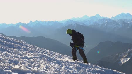montar : Alpinist in crampons coming up to the summit of Elbrus. Snow peak. Stock Footage