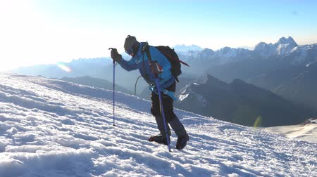 alpinista : Lonely Climber in crampons coming up to the summit of Elbrus. Snow peak. Stock Footage