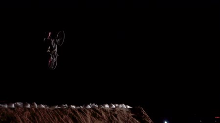 байкер : 20AUG2017, Odessa, Ukraine. Slow Motion video of extreme Athlete man Doing an amazing trick on the MTB Bmx Bike While Dirtjumping at Night at the Festival Extreme Ukraine 2017 Стоковые видеозаписи