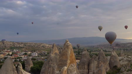 TURKEY, GOGEME - MAY 20. Lots of hot air balloons flying over valleys in Goreme, Turkey. Tourists from all over the world come to Cappadocia to make a trip in a hot-air balloons. Стоковые видеозаписи