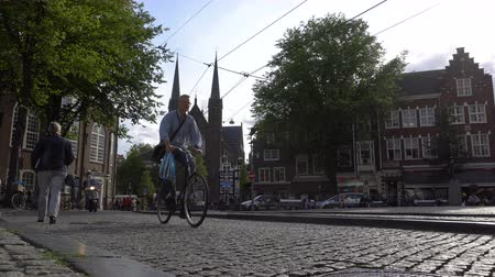 AMSTERDAM, NETHERLANDS - 23 AUG 2018: timelapse video trafic on central street old city in Amsterdam city. Popular Travel Destination. Cloudy weather. Стоковые видеозаписи