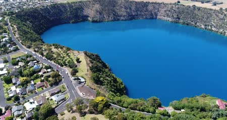 vulkán : Drone flyover and footage of Blue Lake, Mount Gambier, South Australia