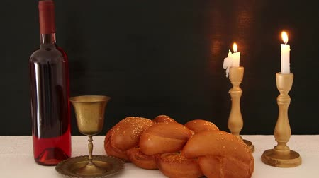zsidó : shabbat footage. challah bread, shabbat wine and candles on the table