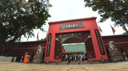 суеверие : HONG KONG, CHINA – APRIL 23: Timelapse of the colorful main gate of Che Kung taoist temple and Pilgrims on April 23, 2016. Che Kung Temple is landmark and the popular tourist attraction in Hong Kong. Стоковые видеозаписи