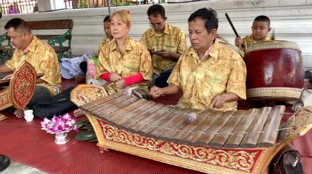 percussão : BANGKOK THAILAND - JANUARY 1 : Musician playing wooden Alto xylophone (Ranat), Thai tradition music instrument on January 1, 2019 in Bangkok, Thailand.