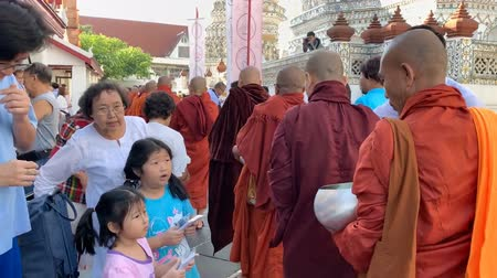 sziámi : BANGKOK THAILAND - JANUARY 1 : Unidentified people make merit with monk at the Temple of Dawn Wat Arun in New year festival on January 1, 2019 in Bangkok, Thailand.