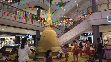 заслуга : NAKHON PATHOM, THAILAND - APRIL 14 : Hyperlapse of People make sand pagoda during Songkran new year festival. This is an old traditional in Thailand at Nakhon Pathom, Thailand on April 14, 2019
