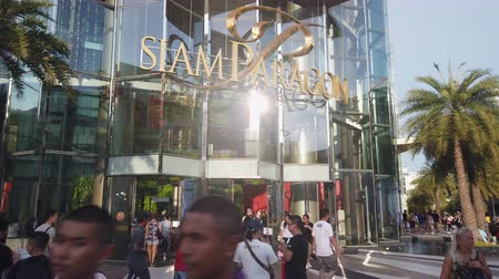 BANGKOK, THAILAND - APRIL 15 : Hyperlapse of people walking and shopping at Siam Paragon Mall. Siam Paragon is the most popular shopping center in Bangkok at Bangkok, Thailand on April 15, 2019 Vídeos