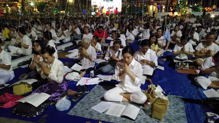 turistická atrakce : BANGKOK , THAILAND - DECEMBER 31 : Thai people join moral pray countdown to 2020 with holy thread on head for exercise and good luck at Wat Arun temple on December 31, 2019 in Bangkok, Thailand