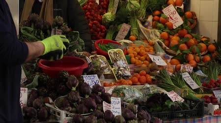 florencja : Fruits and vegetables at the central market Wideo