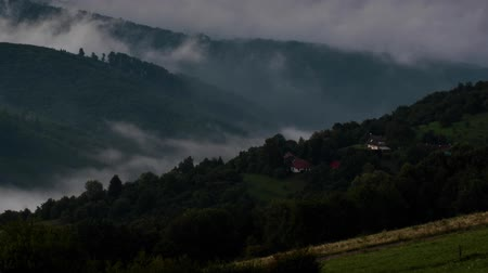 nevoeiro : Time lapse video of a foggy summer morning in Central European hills