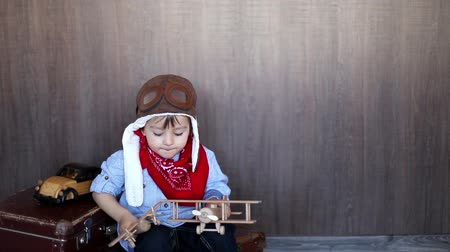 pilóta : Boy, playing with wooden airplanes