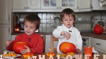 zanaat : Two kids, cutting pumpkins for Halloween