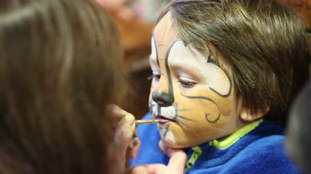 perigoso : Little boy with painted face as a lion for a carnival Vídeos