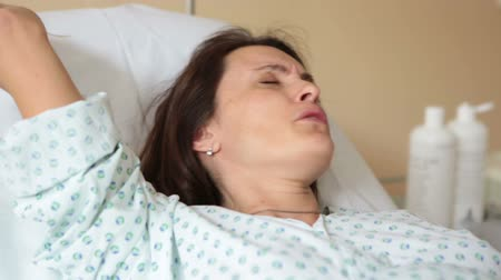sitting room : Pregnant woman in delivery room, having contractions