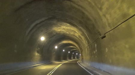 zuřivý : driving fast through the tunnel