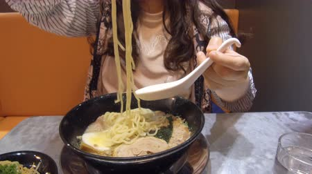 comida japonesa : young woman eating  ramen Japanese noodle Vídeos