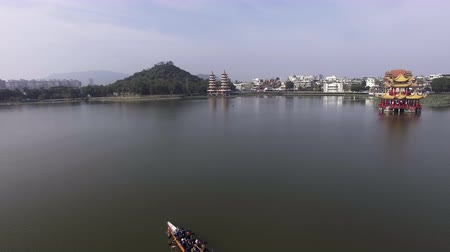 лодки : Aerial view of rowing team on water Стоковые видеозаписи